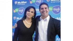 Nadia Eid, gerente de Comunicación y RSE de Tigo junto a Juan Manual Darruda, jefe de producto de Internet Móvil.